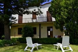 Villa La Fiumara immersa nel verde